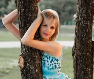 Девушка у дерева на закате ))