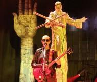 """Человек-На-Ходулях, """"управлявший"""" музыкантами, словно марионетками"""