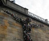 Распятие из тапок в центре Праги