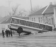 Автобус улетел с дороги