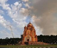 Свежеотстроенный храм в дыму