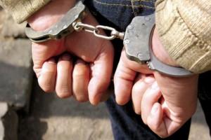Обвиняемый в совершении кражи, а также в повреждении объектов жизнеобеспечения заключен под стражу.