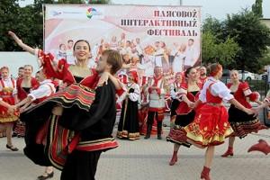 В Старом Осколе артисты и зрители танцуют вместе