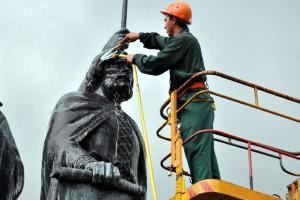 Очистка главного памятника у к-ра Октябрь