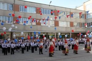 Стойленцы поздравили школьников и студентов