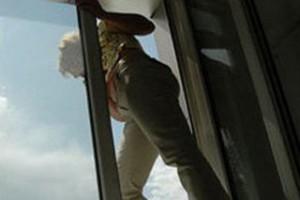 В Старом Осколе девушка выпрыгнула из окна четвертого этажа спасаясь от насильников.