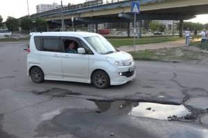 Вот такой глубины, вот такой ширины: ямы на дорогах — извечная российская проблема