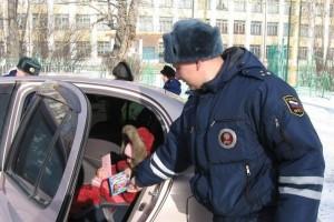 В Старом Осколе сотрудники ГИБДД проверили безопасность маленьких пассажиров