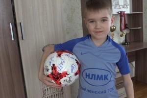 Староосколец Дима Попов получил мяч и письмо от братьев Миранчуков