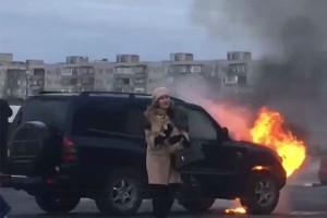 Водитель достал собаку из горящей машины
