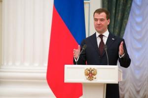 Дмитрий Медведев наградил слесаря Стойленского ГОКа