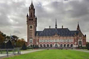 Суд в Гааге обязал Россию выплатить $50 млрд. бывшим акционерам ЮКОСа