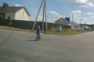 Малыш на проезжей части