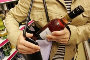 Группа несовершеннолетних подозревается в открытом хищении алкогольной продукции