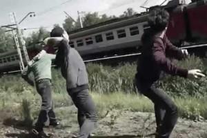 Малолетние люмпены из Губкина развлекают себя битьём окон мимопроезжающих поездов
