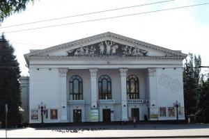 Театр, афиши и вокруг него