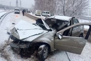 В Старооскольском районе три человека погибли при столкновении иномарки с КамАЗом
