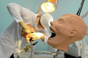 Студентам медвузов разрешат лечить зубы и принимать роды без диплома